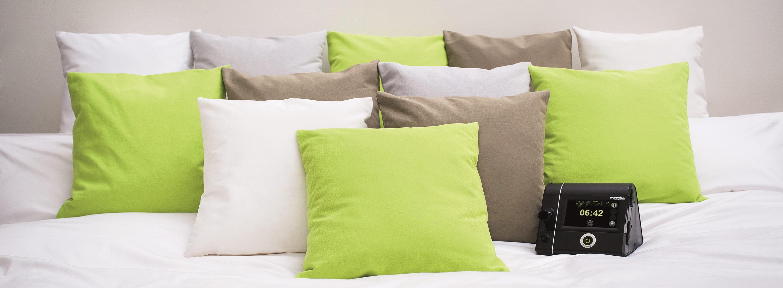 Сипап-аппарат Prisma 20A на кровати с подушками