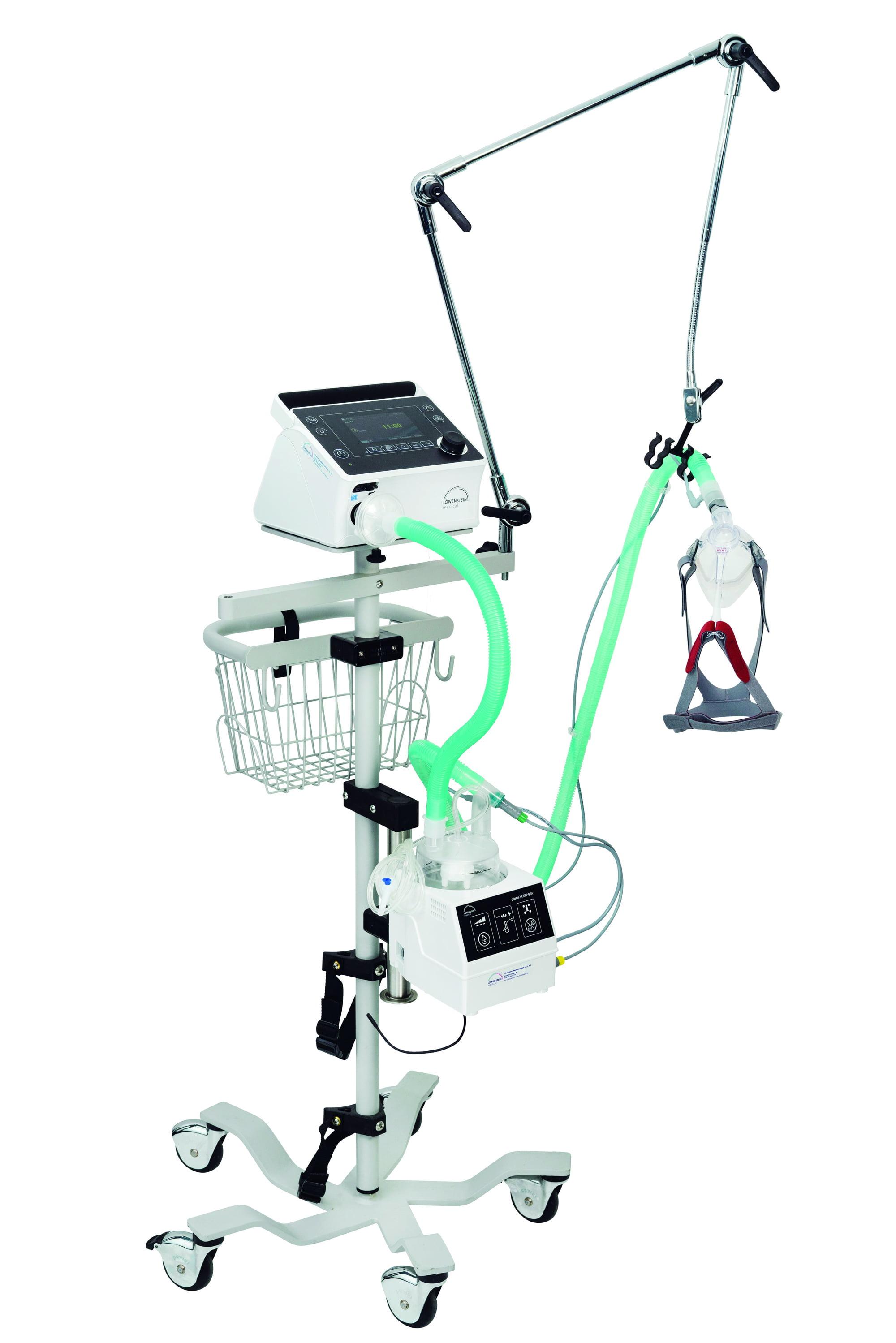 Аппарат искусственной вентиляции легких prisma VENT 50-C на стойке вместе с увлажнителем prisma VENT AQUA и контуром с маской CARA Full Face
