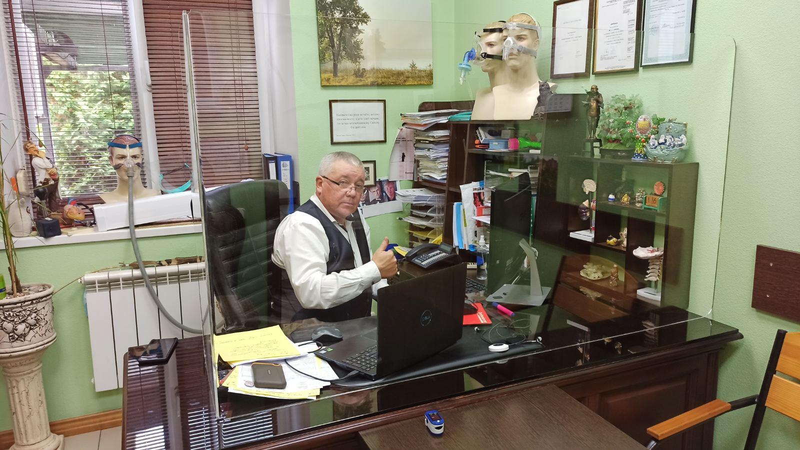 Головний лікар лабораторії сну, сомнолог, кардіолог Погорецький Юрій Несторович у своєму кабінеті