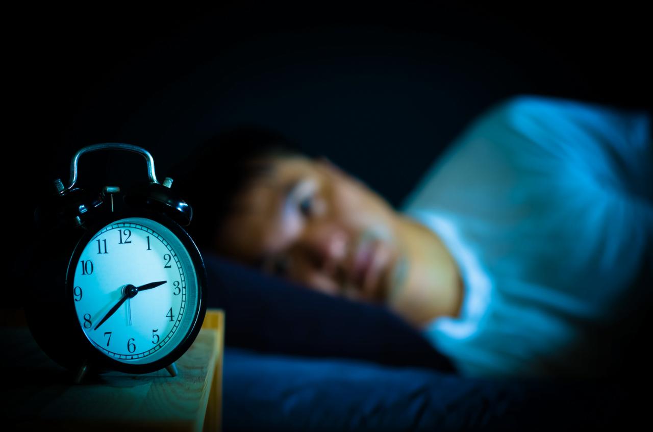 «Обычно вы пытаетесь определить, сколько времени вам осталось спать, и беспокоитесь о том, уснете ли вы снова в течение разумного времени. На самом деле это может затруднить возвращение ко сну».
