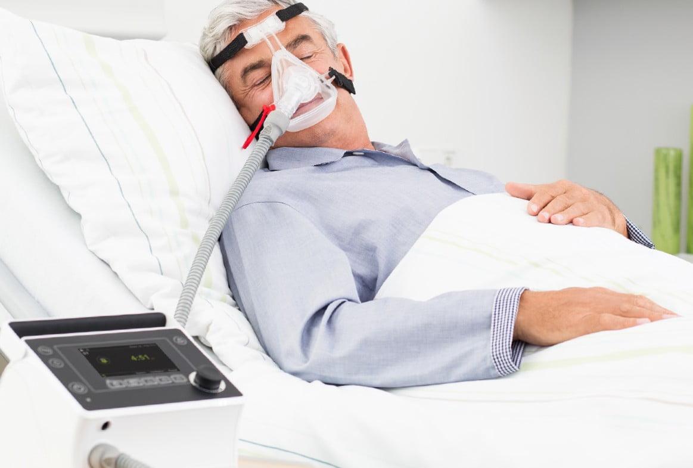 Аппарат ИВЛ и НИВЛ Prisma VENT и медицинская маска JOYCEclinic FF для неинвазивной вентиляции легких (НИВЛ) на пациенте