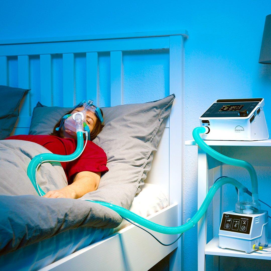 Пациент женщина лежит подключен аппарат НИВЛ полнолицевая маска увлажнитель Prisma AQUA