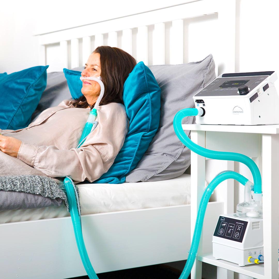 Аппарат ИВЛ и НИВЛ Prisma VENT50-C пациент в кровати женщина на неинвазивной вентиляции легких увлажнитель