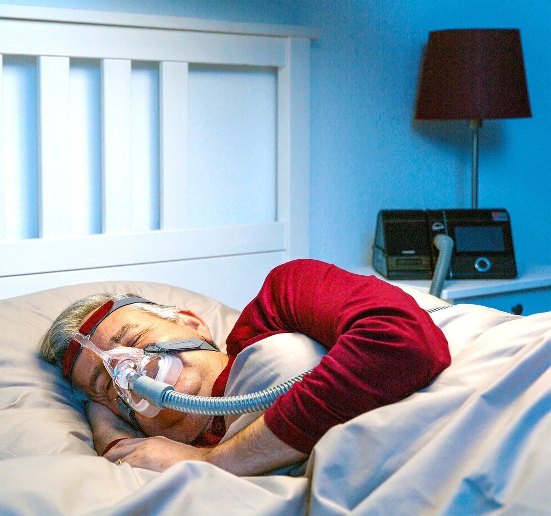 Как вылечить храп? Сипап терапия: пациент спит с сипап аппаратом prisma с увлажнителем. Маска на все лицо ротоносовая.