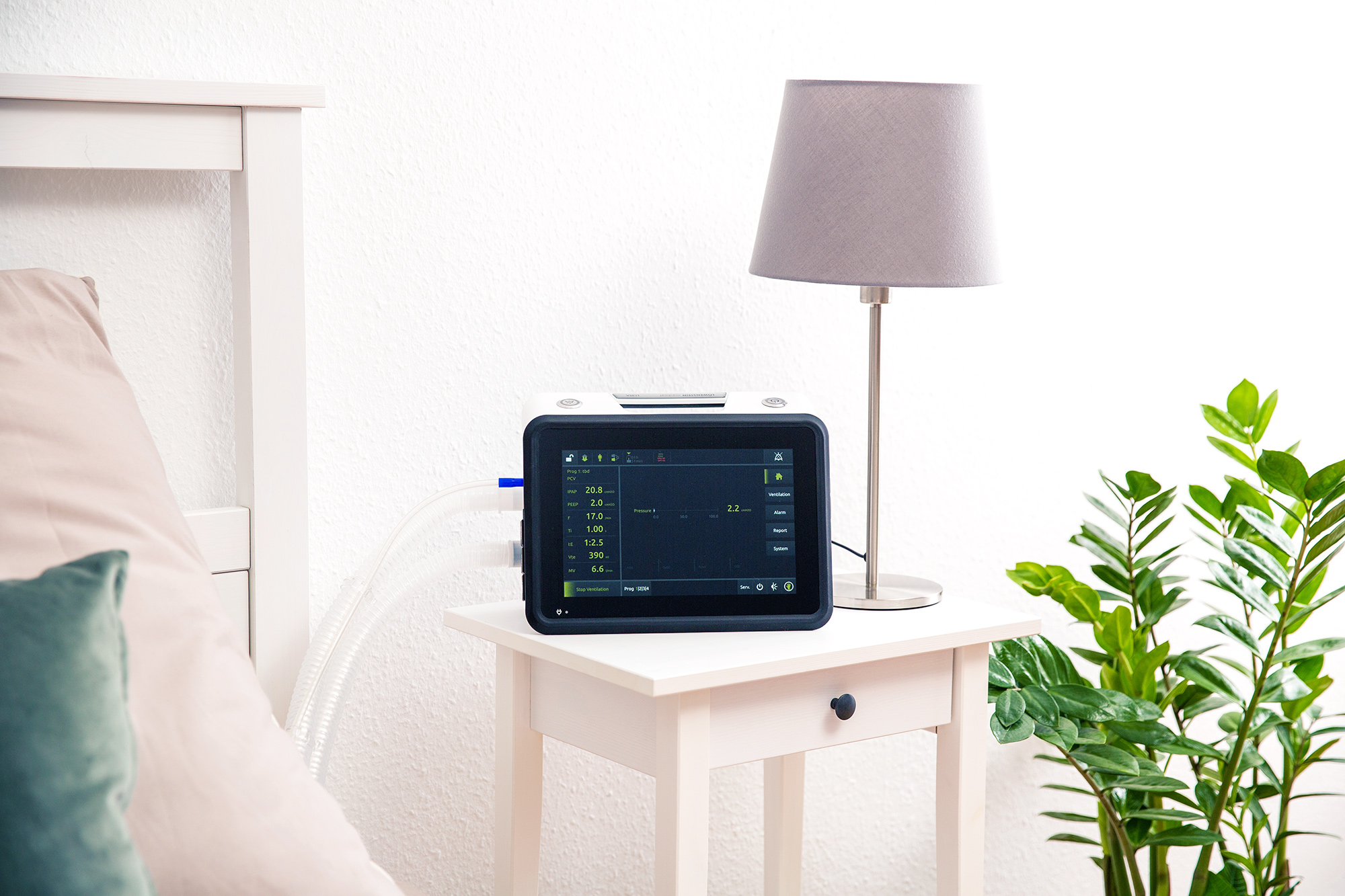 Аппарат ИВЛ LUISA стоит на столе у кровати, подключен контур пациента.