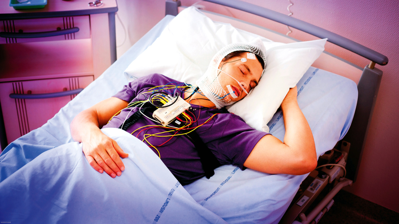 Диагностика храпа. Обследование сна. ПСГ. Полисомнография. Пациент спит в палате в кровати нарушения сна. Лекарство от храпа.