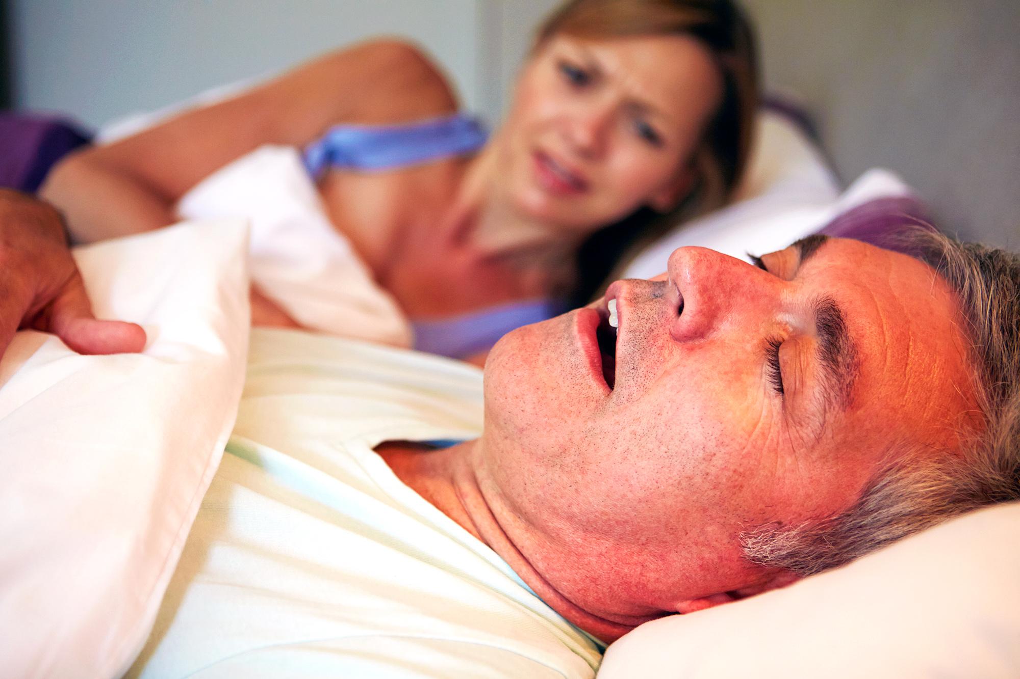 Как перестать храпеть ночью во сне? Мужчина муж храпит в кровати жена не спит. Храп во сне.