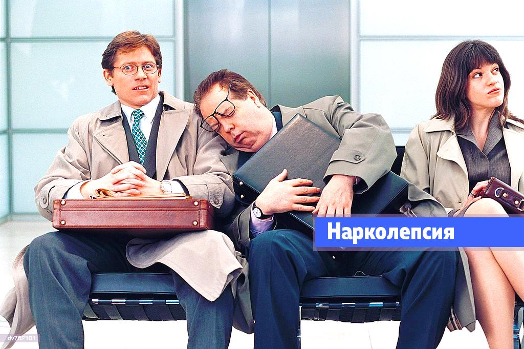 Нарколепсия: что это такое симптомы, лечение, причины. Мужчина спит на остановке.