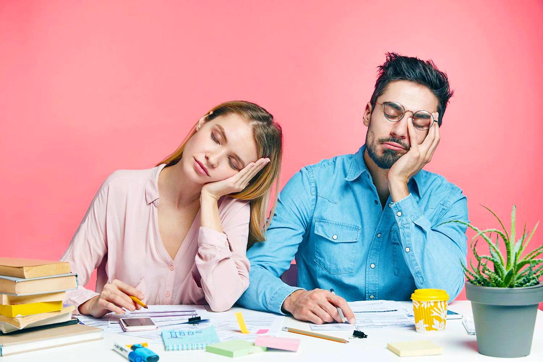 Синдром хронической усталости, парень и девушка спят за столом