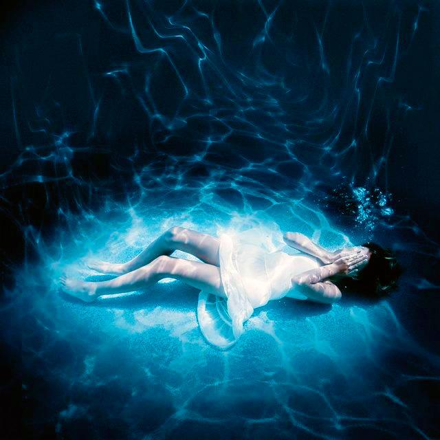 Почему я задыхаюсь во сне: причины, последствия и лечение. Девушка тонет под водой, лежит на дне, задыхается.